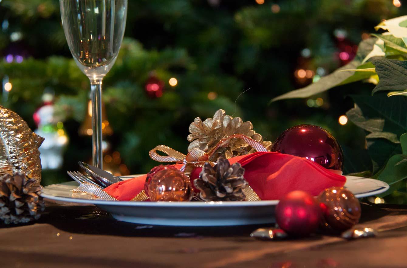 Weihnachtlich dekorierter Teller mit Besteck und Glas